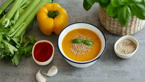 Paprikasuppe mit Karotten und Sellerie
