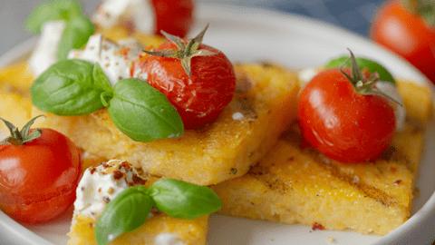 Gegrillte Polenta mit Tomaten