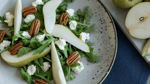 Frischer Rucola-Birnen-Salat