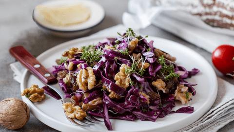 Rotkrautsalat mit Nüssen und Rosinen