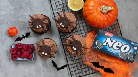 Halloweenmuffins mit Spinnenkeksen