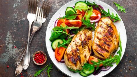 Gegrilltes Hendlbrustfilet auf Salat