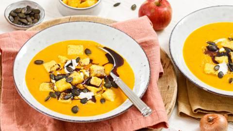 Kürbis-Apfel-Cremesuppe mit Polenta-Croutons und Kürbiskernöl