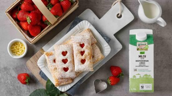 Süße Blätterteigtaschen mit Erdbeeren