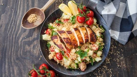 Gegrillte Hühnerbrust auf Couscous-Salat
