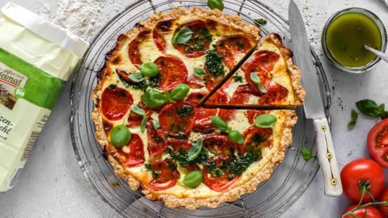 Tomaten-Käse-Quiche mit Basilikumöl