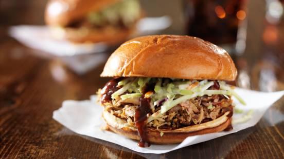 Pulled Pork-Burger mit Krautsalat und BBQ-Sauce