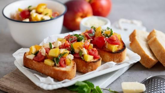 Fruchtige Bruschetta mit Nektarine und Tomate