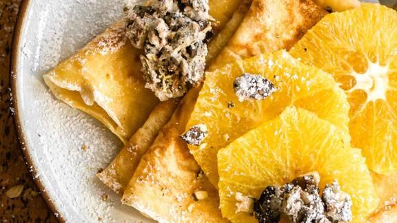 Crepes mit karamellisierten Orangen und Knusperkürbiskernen