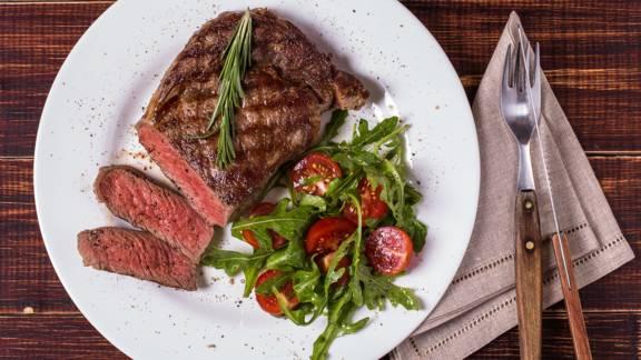 Gegrilltes Rib-Eye-Steak mit Salat