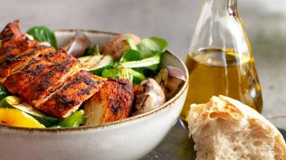 Bunter Salat mit Grillgemüse und Putenbrust
