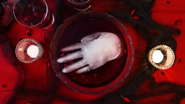 Schaurige Eiswürfelhand in Blutbowle
