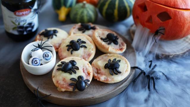 Halloween-Pizza mit Spinnen