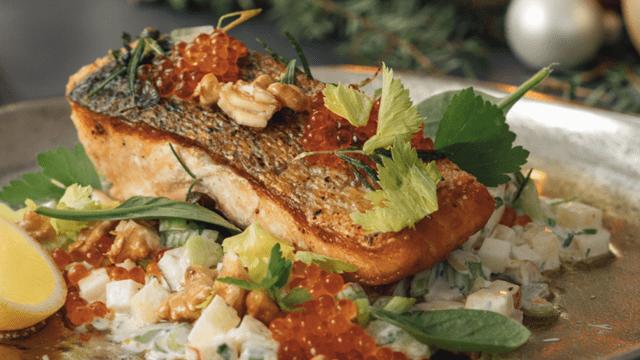 Lachsfilet auf Waldorf-Salat mit Kaviar