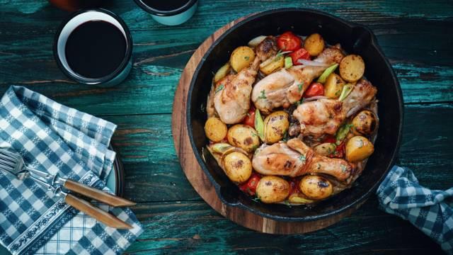 Hendl-Schmorpfanne mit Kartoffeln und Lauch