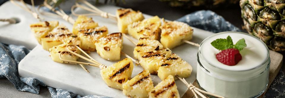 Gegrillte Ananas am Spieß mit Joghurt-Dip