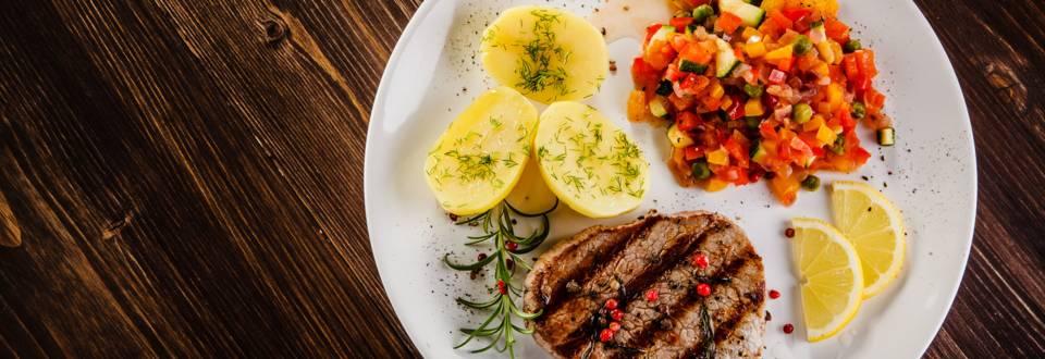 Rindersteak mit Gemüsesalat und Kartoffeln