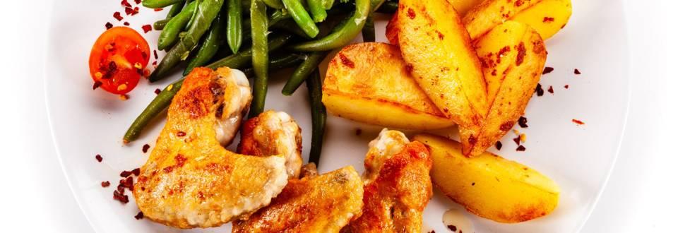 Gegrillte Hendl-Flügerl mit Kartoffeln und Fisolen