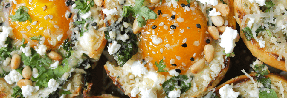 Baked Eggs im Hefebrötchenboot mit Spinat & Feta