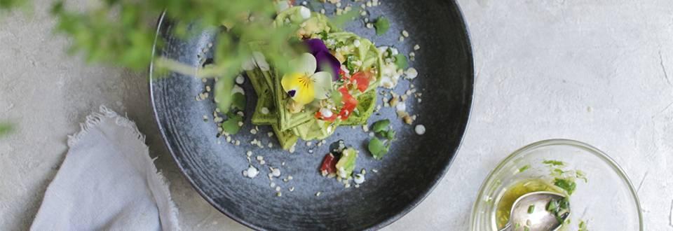 Spinat Waffeln mit Tomaten-Avocado Gremolata