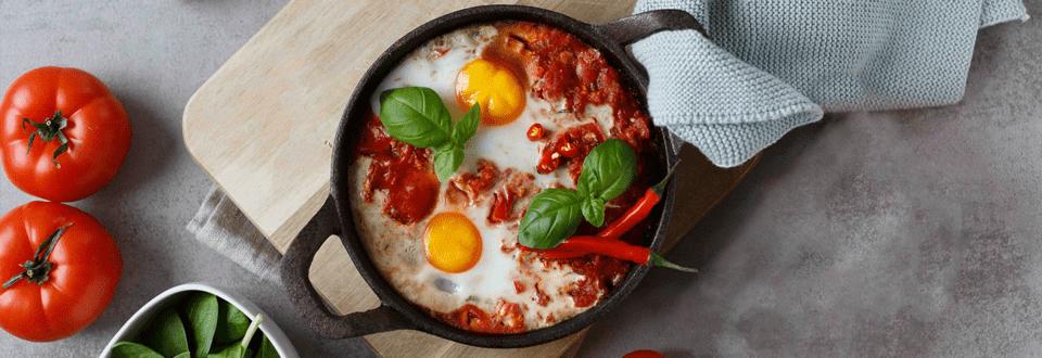 Feurige Shakshuka mit Eiern