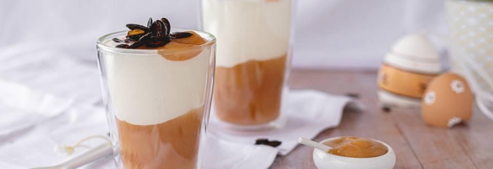 Gesundes Joghurt Schichtdessert mit Apfelmus und Kürbiskernen
