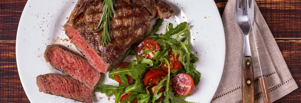Gegrilltes Rib-Eye-Steak mit Salat