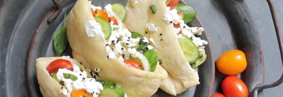 Mediterrane Pita gefüllt mit Gemüse und Frischkäse-Joghurt Dip
