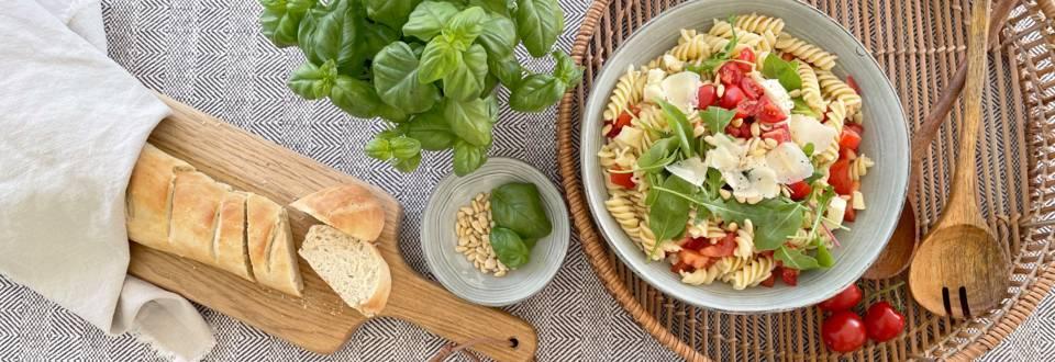 Mediterraner Nudelsalat mit Baguette