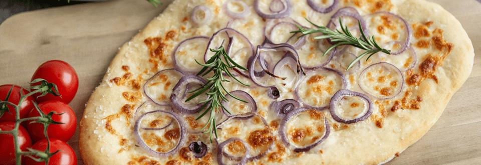 Focaccia mit roten Zwiebeln
