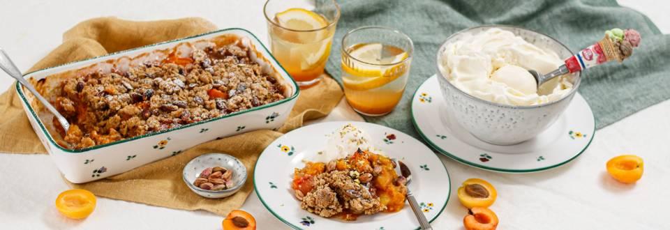Marillen-Crumble mit Pistazien und Joghurteis